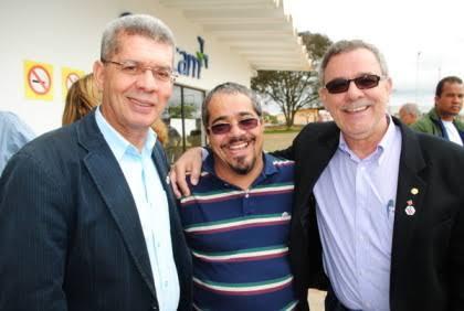 José Raimundo, à esquerda, para Fabrício, um cavalheiro.
