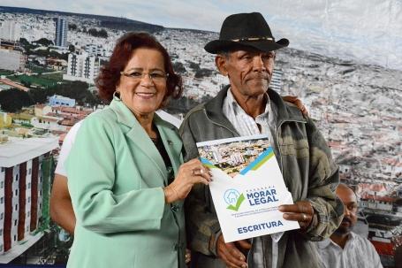 Irma entrega título de imóvel no Bruno Bacelar